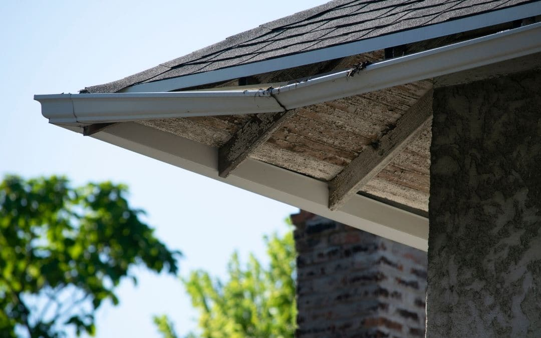eavestroughs should not sag or pull away from house